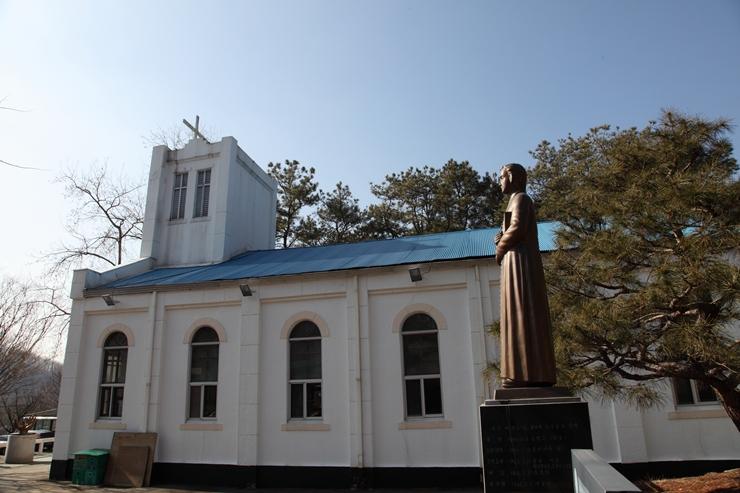 옆에서 본 성당의 모습