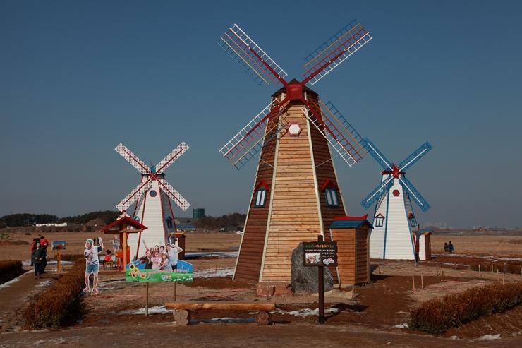 테마파크에 서있는 풍차의 모습