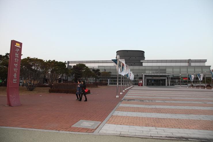 수원화성박물관의 광장과 건물