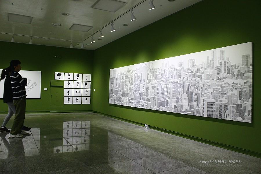 벽에 걸린 커다란 건물그림
