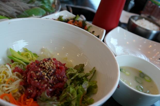 다양한 야채가 들어가 있는 육회비빔밥