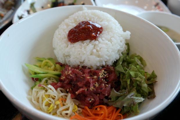 육회비빔밥에 밥과 고추장을 넣은 모습