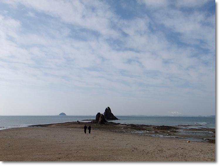 바다위로 보이는 자그만한 섬