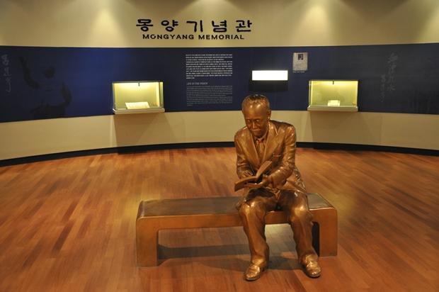 의자 위에 앉은 몽양선생의 동상