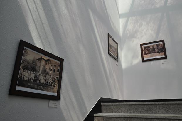 벽에 붙은 사진들