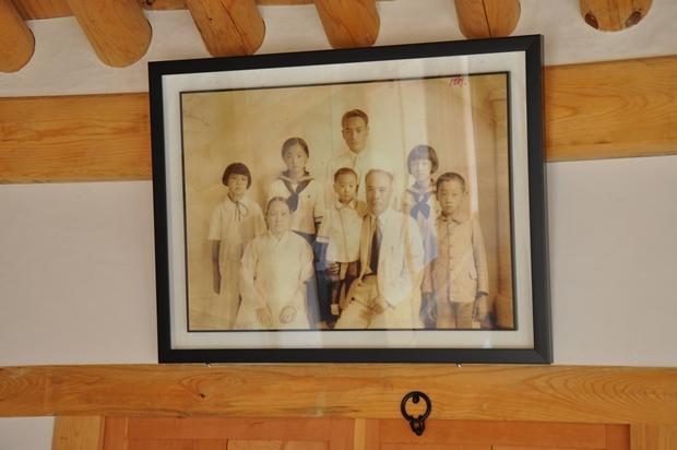 벽에 걸린 가족사진