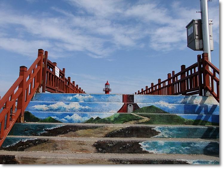 계단 위로 보이는 등대와 계단에 그려놓은 등대와 이어지는 그림