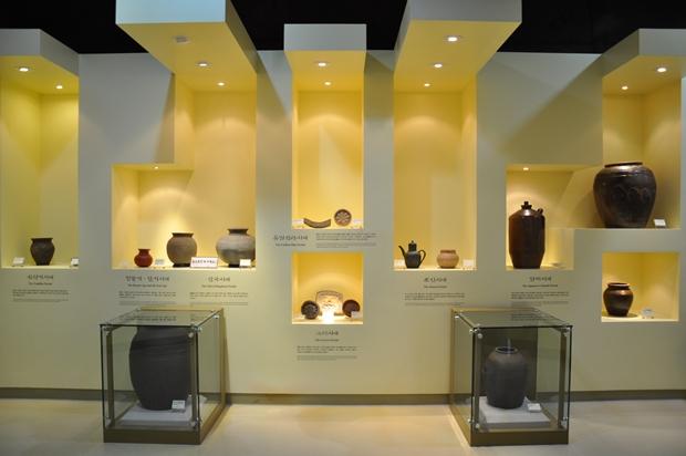 시대별로 대표적인 옹기들이 전시된 모습