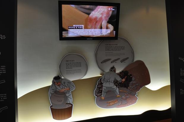 옹기를 제작하는 그림과 스크린에 영상