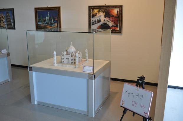 유리 상자에 보관되어 있는 타지마할 퍼즐