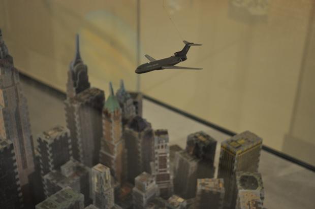 모형 비행기까지 달아놓은 퍼즐로 만든 맨해튼의 마천루