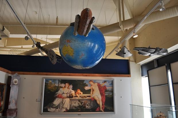 지구본과 함께 천정 매달려 있는 스타워즈에 등장한 비행기 퍼즐