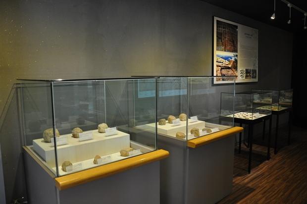 석기시대 유물이 전시된 진열장