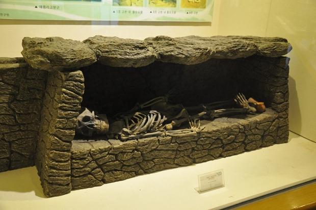매룡리 돌널무덤(석실묘) 모형