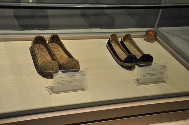 신분이 높은 선비나 관직에 오른 벼슬아치들이 신었던 옛 신발
