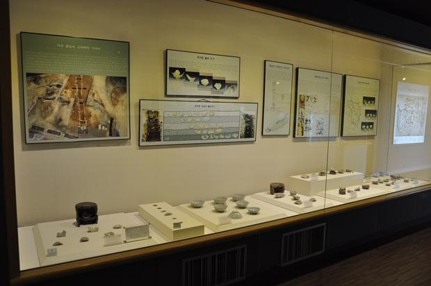 유리벽 안에 전시되어있는 전시물들