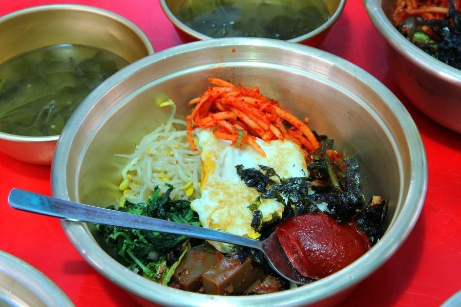 여러 내용물이 들어간 보리비빔밥의 모습