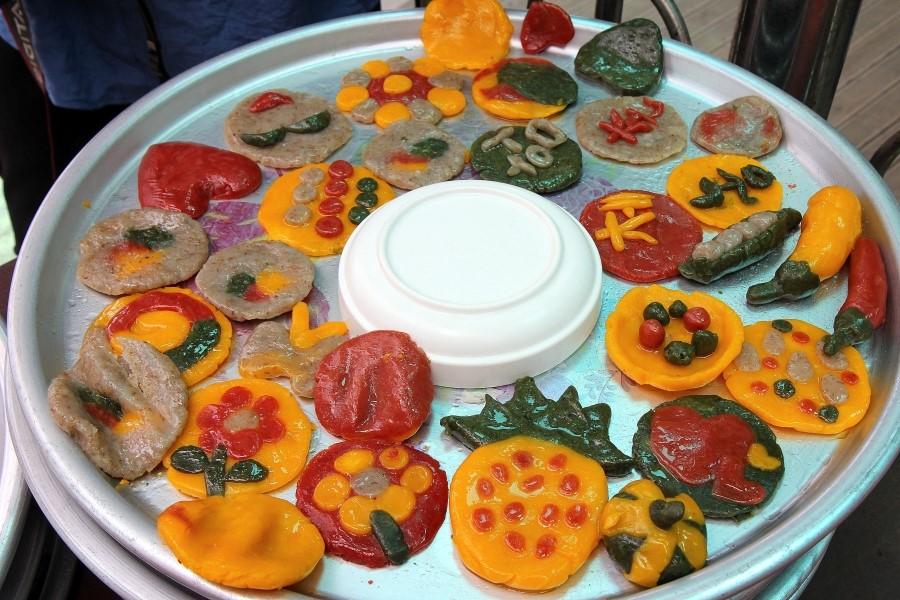 알로달록한 색깔과 다양한 모양의 보리개떡