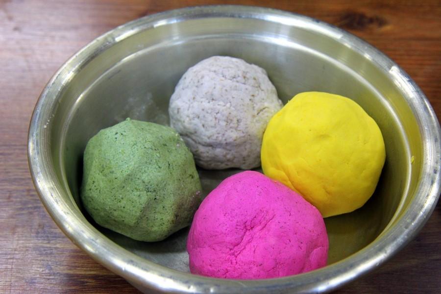 다양한 색깔의 반죽 모습