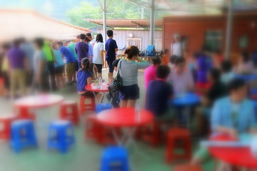 보릿고개마을에 방문한 사람들의 모습