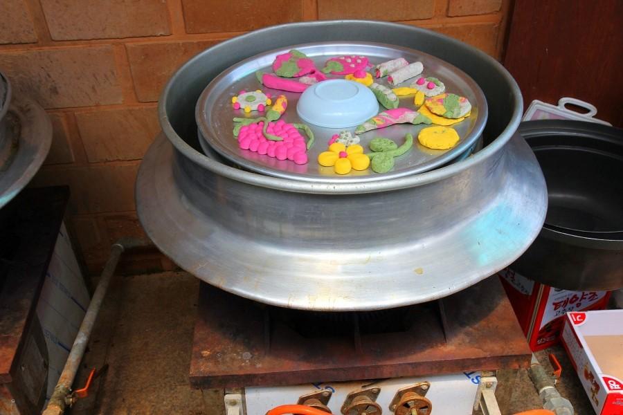 솥에서 쪄지고 있는 보리개떡의 모습