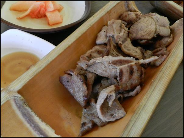 냉면과 같이 딸려나온 대나무통에 담긴 고기의 모습