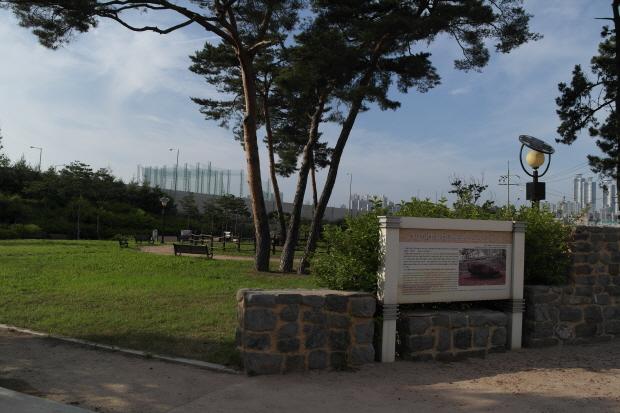 공원 안의 높은 소나무와 고인돌의 특징을 자세히 적어논 표지판