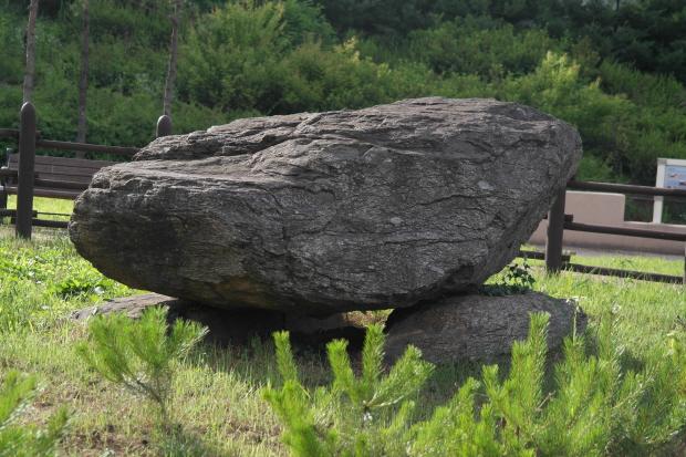 가까이서 찍은 고인돌의 모습