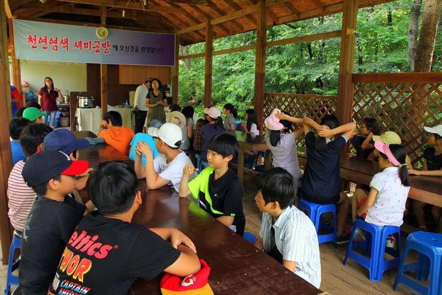 염색 체험장인 새미공방에서 설명을 듣고 있는 아이들의 모습