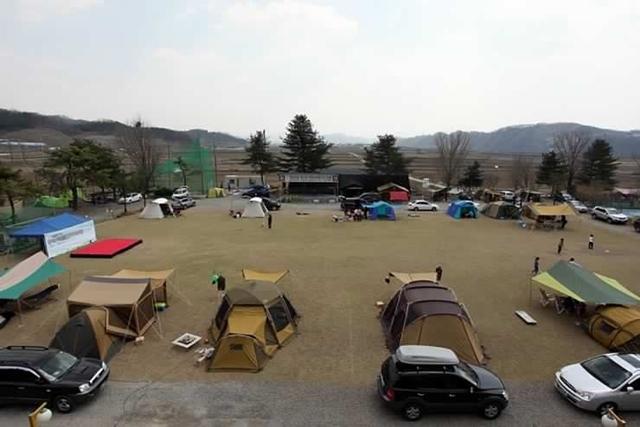 캠핑장의 세워져 있는 텐트들의 모습