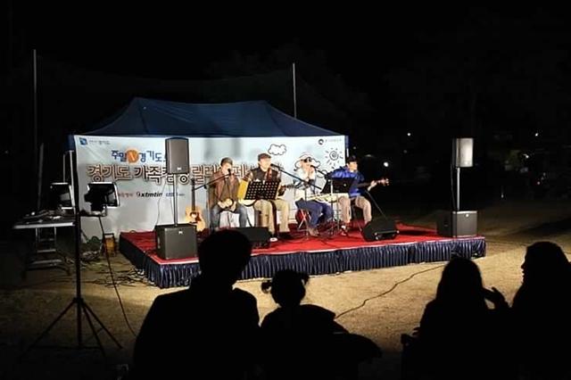 캠핑밴드의 공연 모습