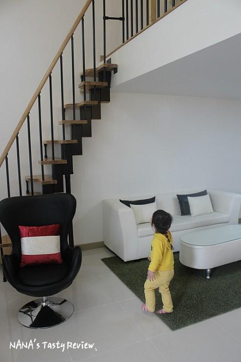계단을 보고있는 아이