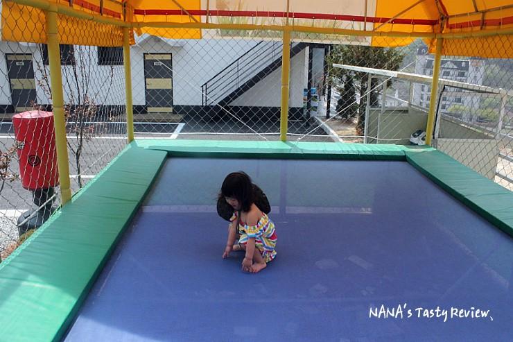 트램폴린에서 노는 아이의 모습