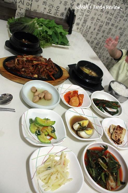 테이블 가득 차려진 음식들
