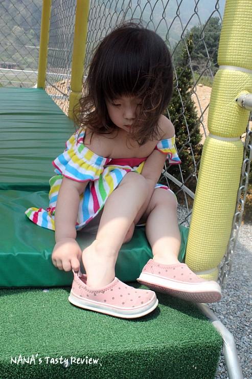 신발을 신는 아이의 모습