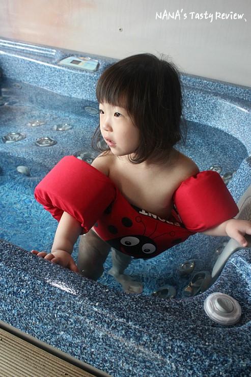 스파안에서 안전튜브를 끼고있는 아이의 모습