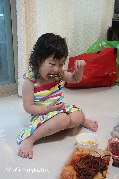 밥을 먹고 있는 아이의 모습