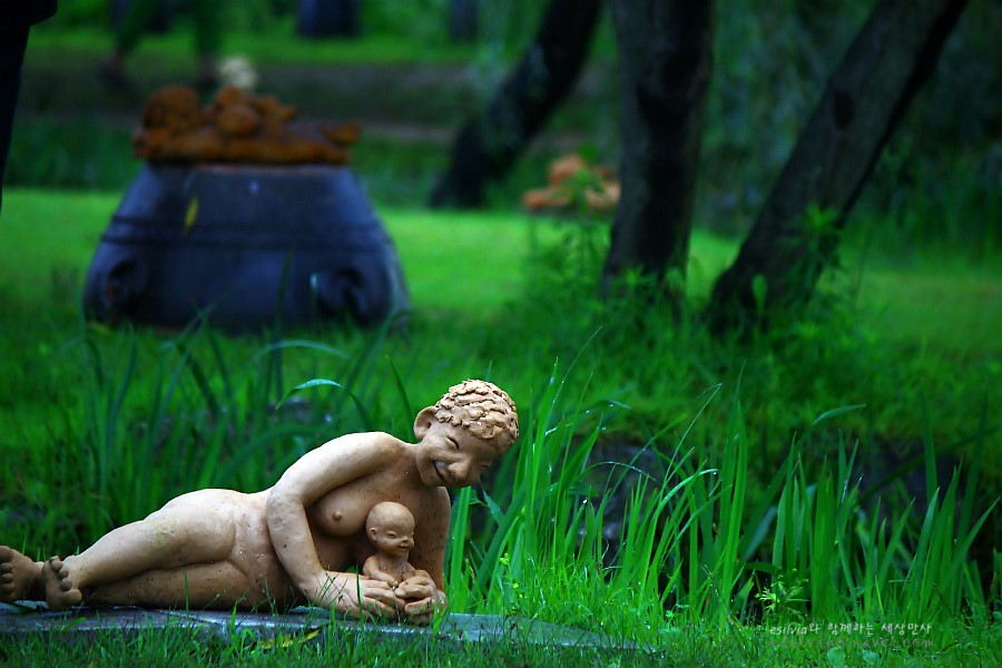 아이와 웃고있는 모양의 흙인형