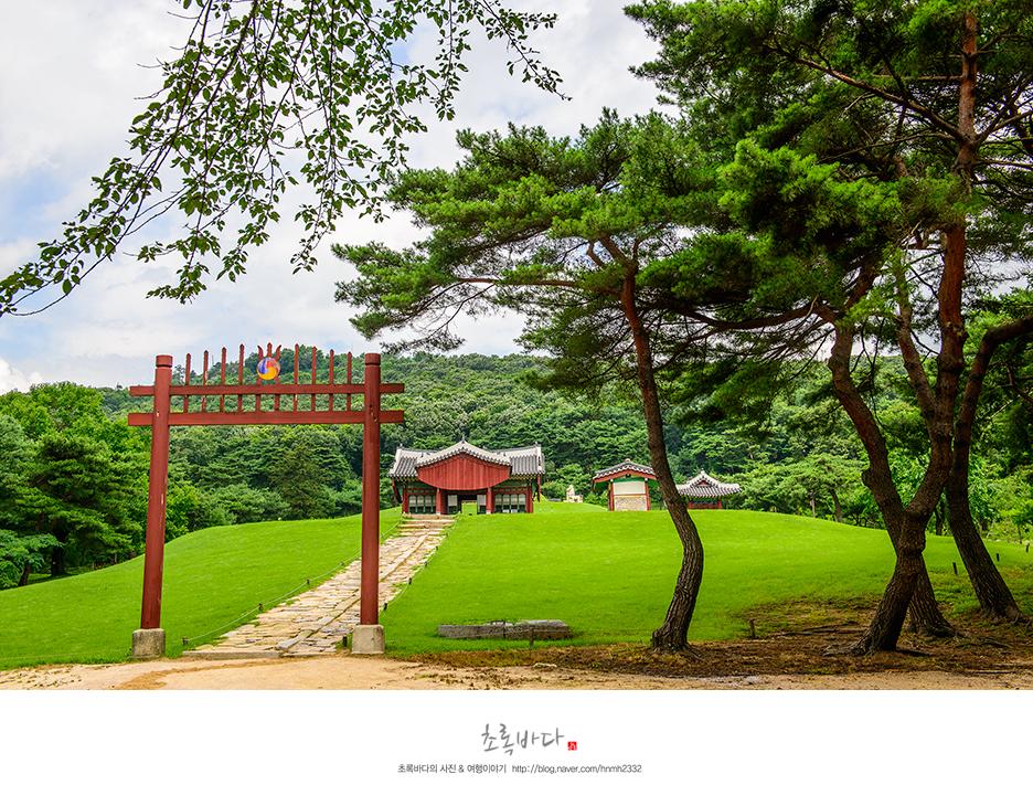 홍살문 너머로 보이는 장릉의 모습