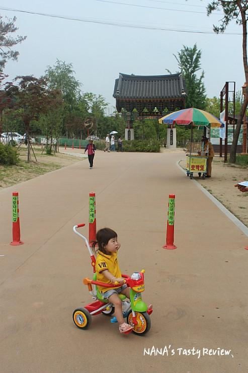 아동용 세발 자전거를 타는 아이의 모습