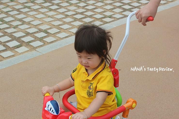 노란옷을 입고 자전거를 타는 아이의 모습