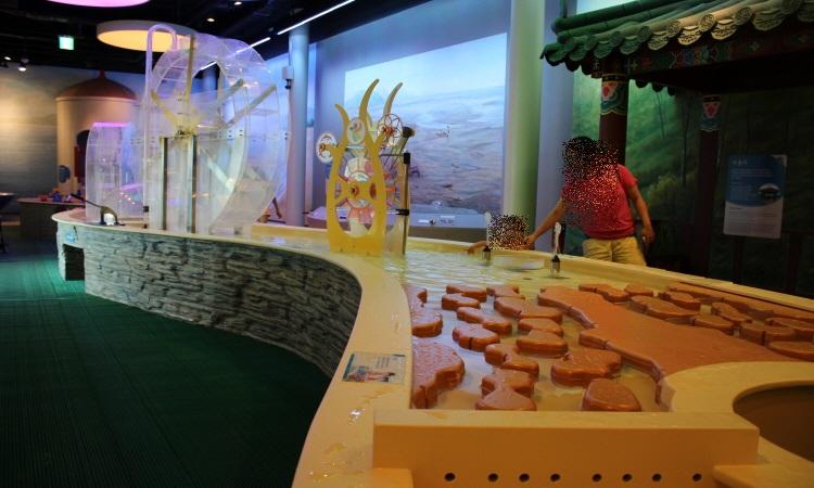 한강과 물이라는 주제로 물을 이용한 놀이기구들이 있는 박물관의 모습