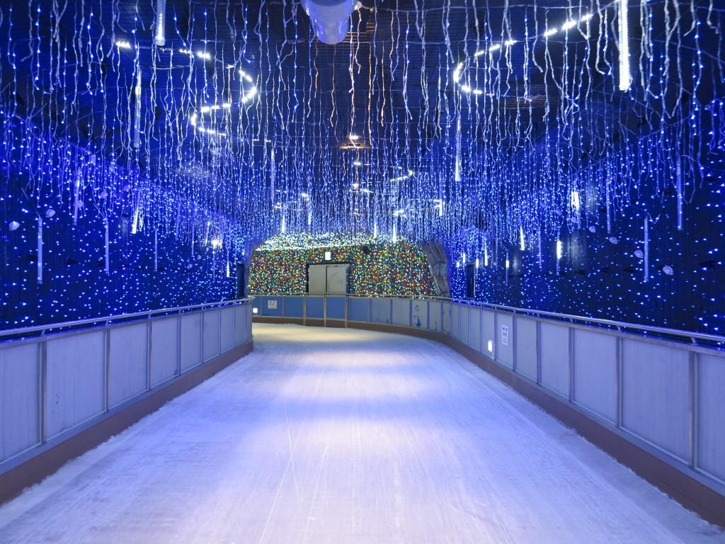 불빛이 가득한 테마터널