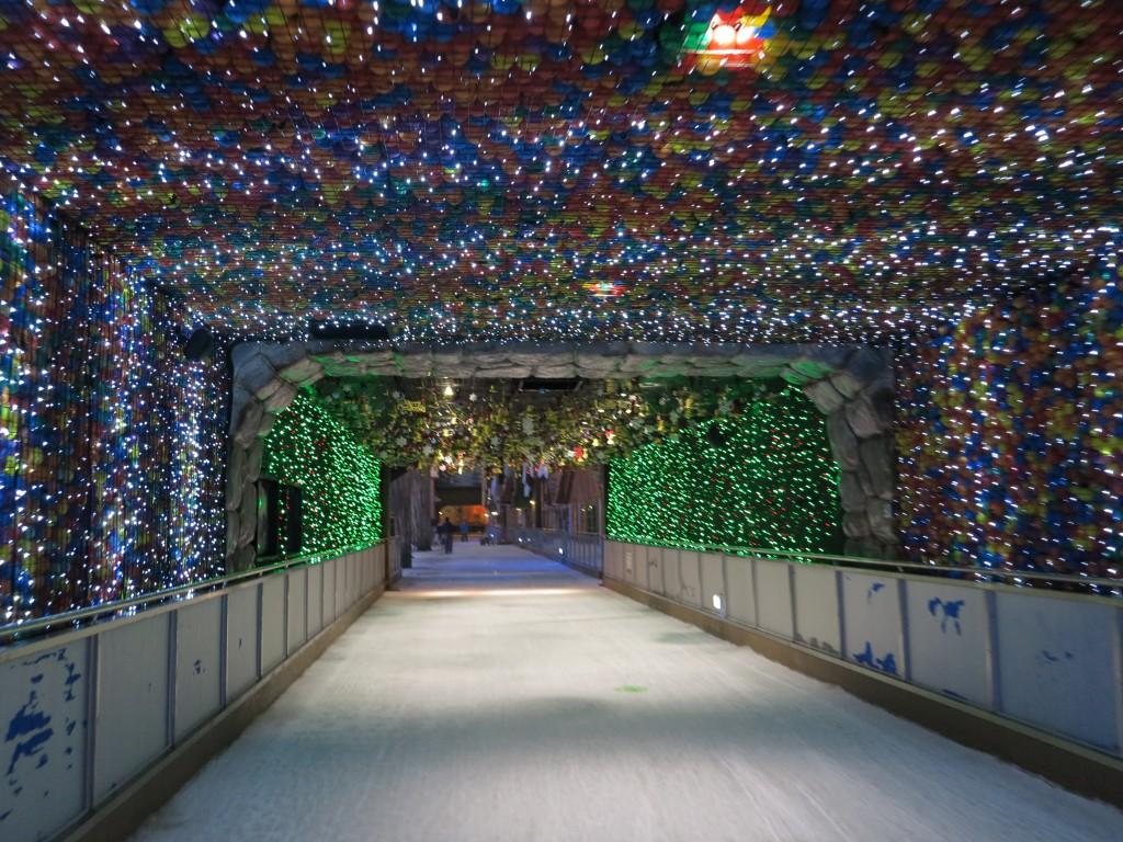 형형색색의 불빛의 테마터널