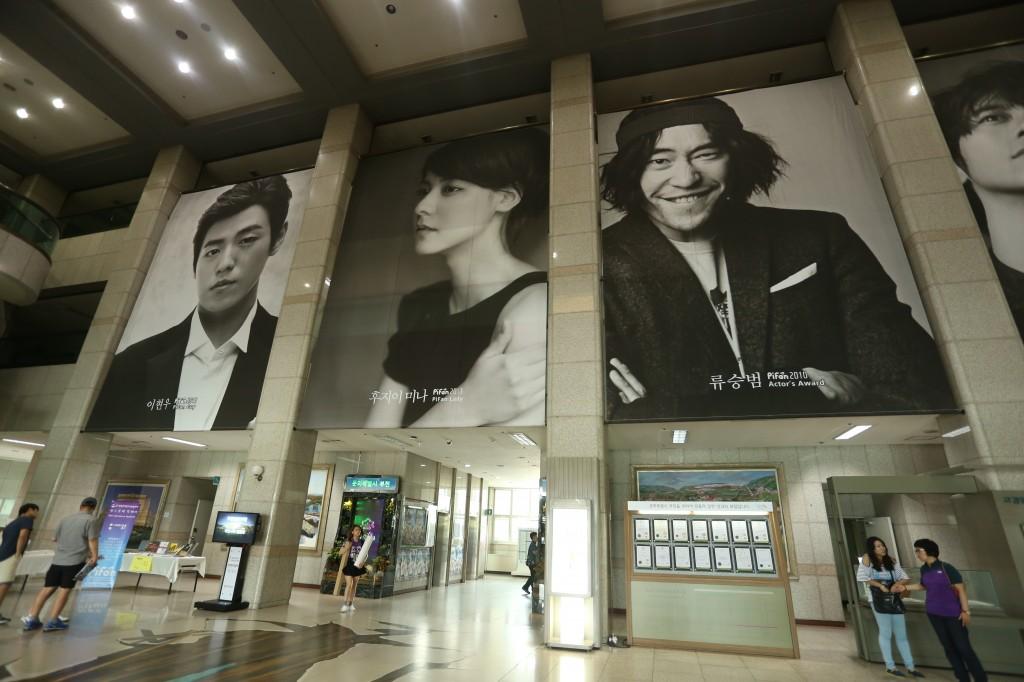 건물에 내부에 부착 된 배우들의 대형사진