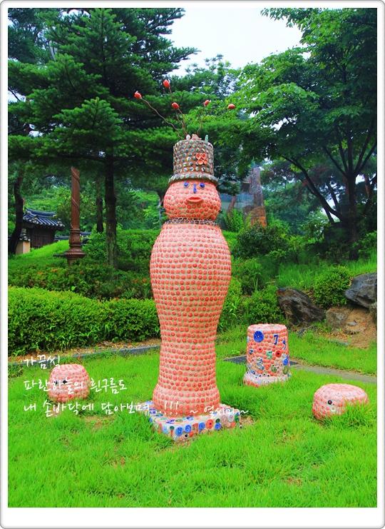 야외에 설치되어 있는 도자작품의 모습