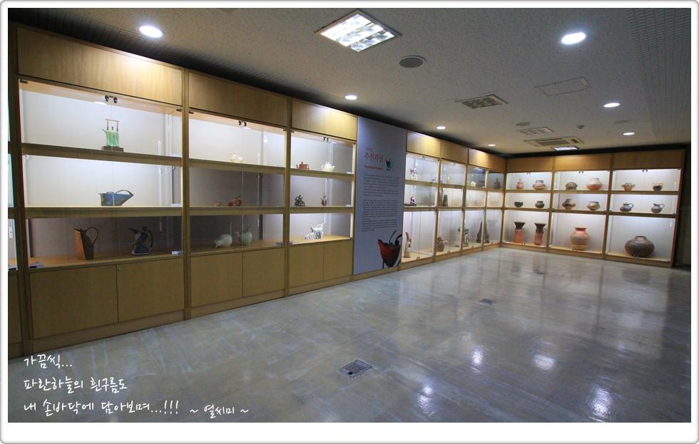 전시장 내부에 진열되어 있는 다양한 작품의 모습