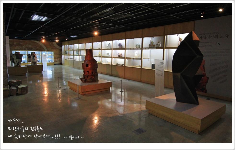 유리로 된 진열장에 전시된 작품과 밖에 개방되어 있는 작품의 모습