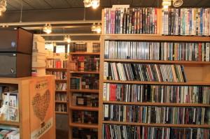 책장에 꽂혀있는 수많은 책들의 모습