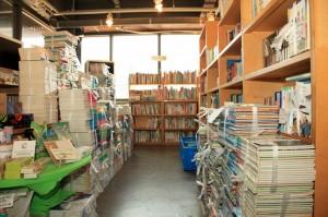 책장앞에 있는 책장에 꽂히지 못한 책들의 모습